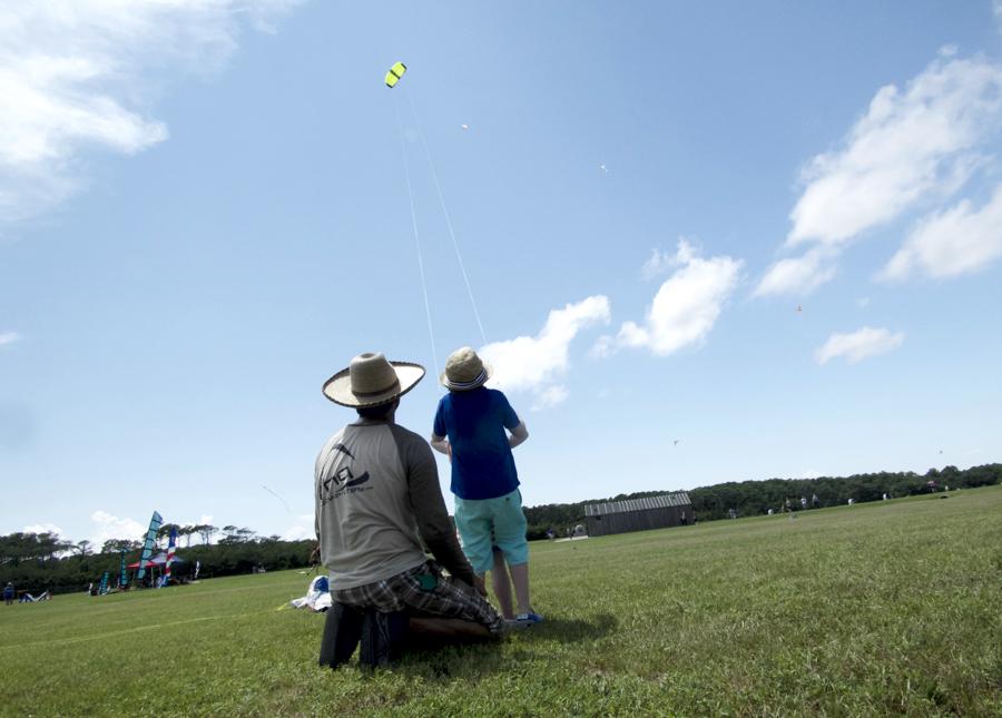 Chris Shultz of HQ Kites helping a young kite flyer.